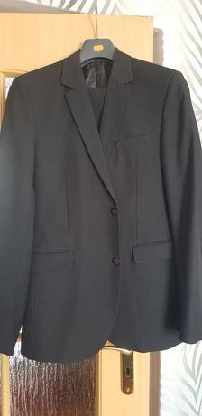 Czarny klasyczny garnitur z czerwonym guzikiem od mt tomaszek 96/182