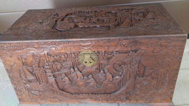 Arca de madeira de cânfora talhada à mão