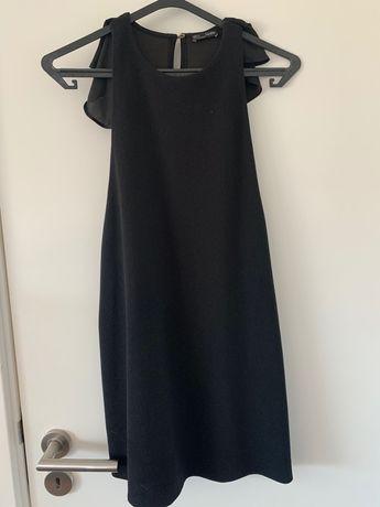 Vestido preto com folho nas costas