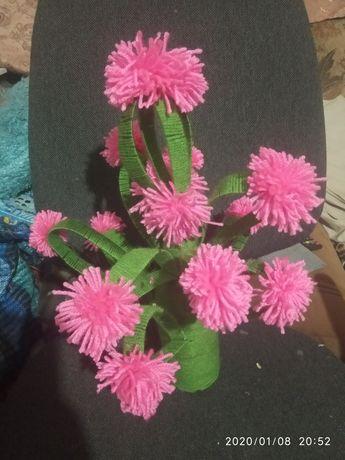 Декоративна ваза з квітами