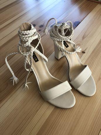 Buty na obcasie białe shein