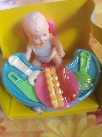 Lalka z plastikowym stolikiem
