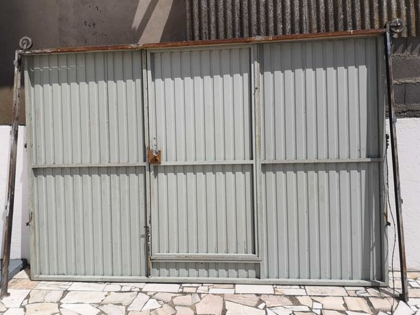 Portão chapa com porta de serviço