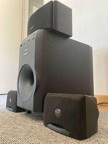 Sistema de som composto por 3 colunas e um subwoofer amplificado