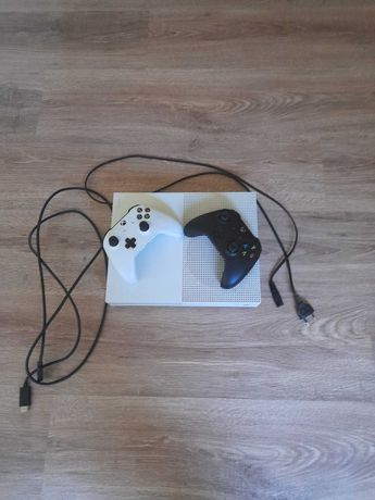 XBOX ONE S 500GB + 2 pady