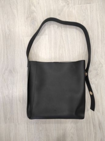 Стильная черная кожаная сумка