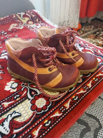 Продам ботинки на девочку размер 25
