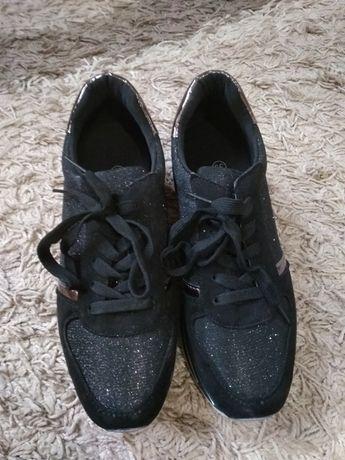 Стильные кроссовки.