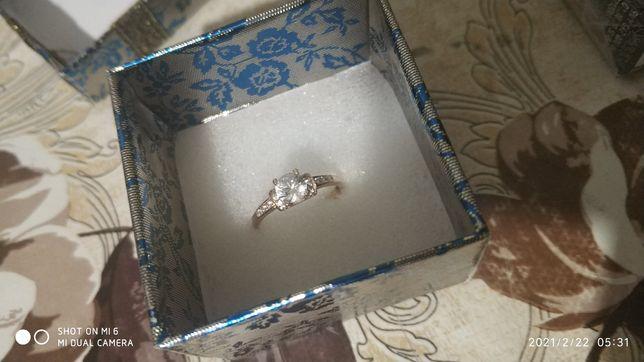 Кольцо золотое с камнем