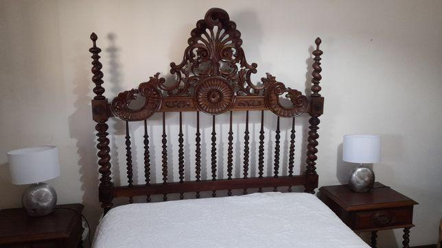 Cama antiga com mesas de cabeceira antigas e colchão