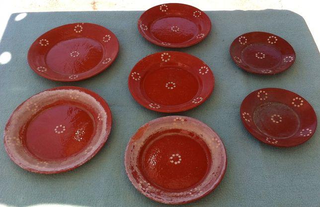 conjunto de antigos pratos de barro