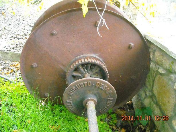 Roda de Engenho Antigo com Eixo