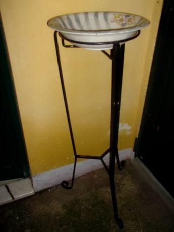 lavatório antigo com tripé em ferro