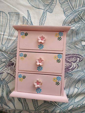 Pequeno módulo de 3 gavetas para criança cor de rosa com boneca