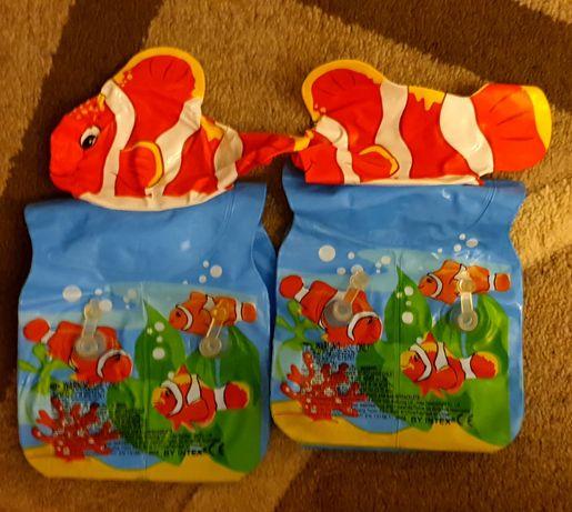 Нарукавники для плавания и игрушки