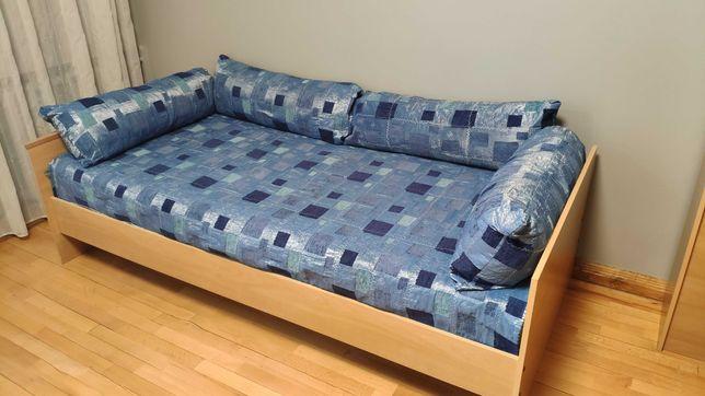 Кровать с матрасом и подушками