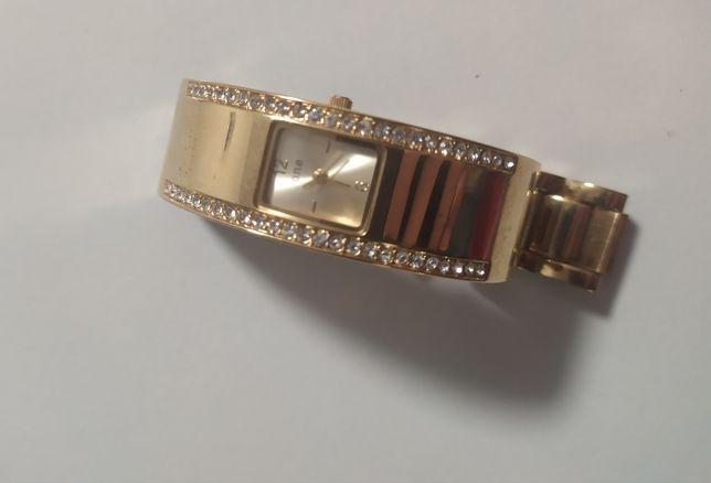 Złoty zegarek z kryształkami.