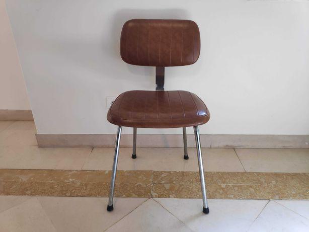 Cadeira robusta e muito confortável