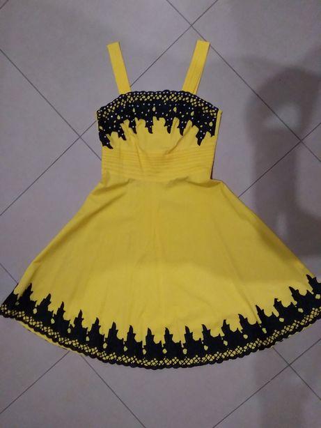 Piękna sukienka wizytowa z bolerkiem zdobiona ślicznymi kamyczkami