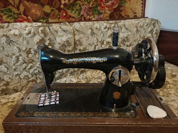Швейная машинка в отличном состоянии использовалась дома. Торг.