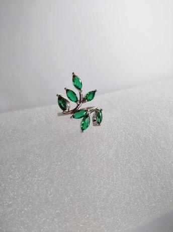 Srebrny pierścionek gałązka z zielonymi kryształkami listkami 925