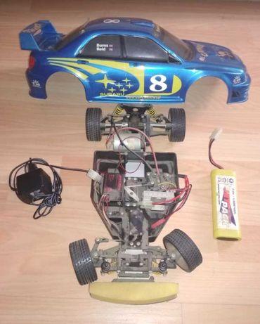 Carro telecomandado Subaru com bateria e transformador.