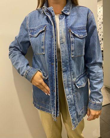 Джинсовая куртка на кнопках и пуговицах