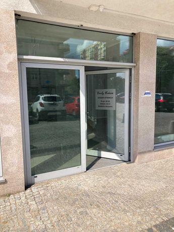 Witryna wejściowa, drzwi szklane.