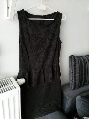 Czarna sukienka z baskinką Nowa Mohito