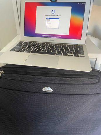 MacBook Air 11' de 2015 com pasta Samsonite e dois carregadores.