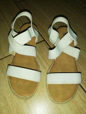 Sandałki kremowe 36 na koturnie