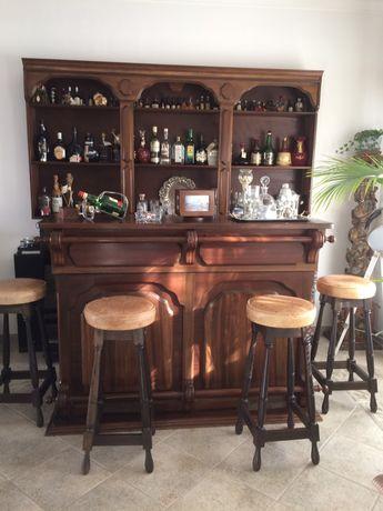 Móvel bar de dois blocos em madeira e bancos