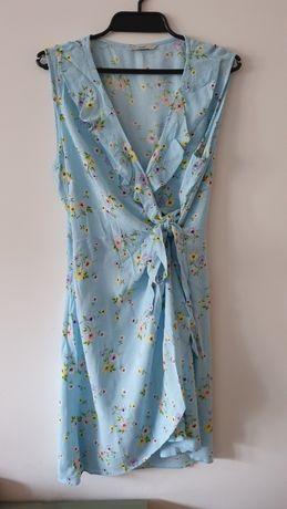 Niebieska sukienka z motywem kwiatowym