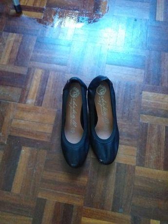 sapatos pretos meio salto