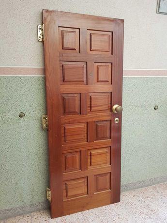 Porta de entrada em madeira maciça.