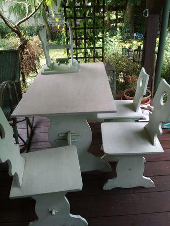 stół i cztery krzesła