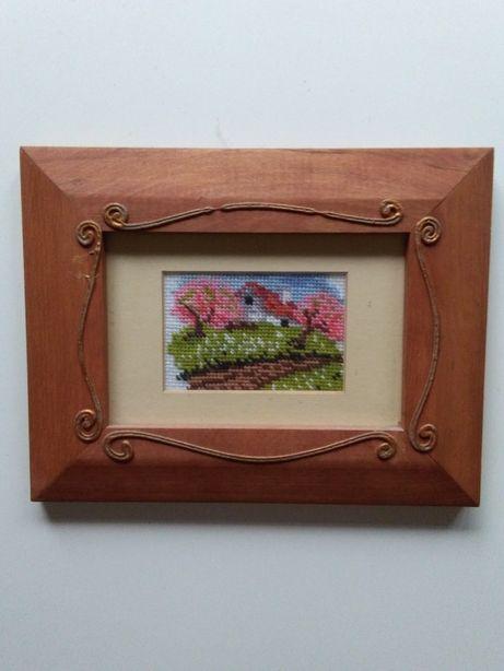 Obrazek ręcznie haftowany w ramce drewnianej