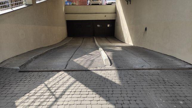 Miejsce parkingowe w garażu podziemnym. Centrum.