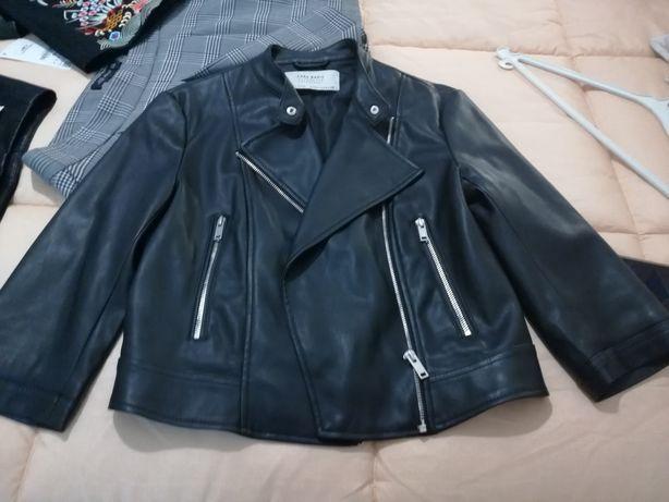 Blusão preto  com fechos e mangas três quartos