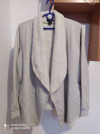 Długi szaro-biały zimowy sweter z kieszeniami i futerkiem Amisu xs