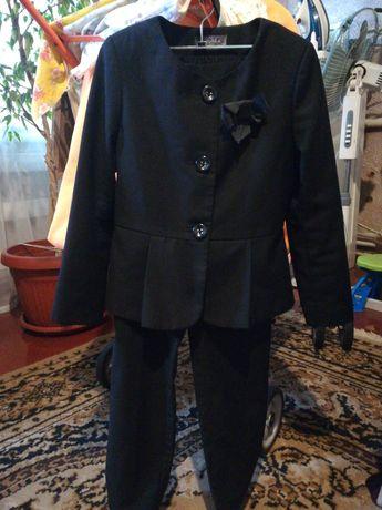 Брючный костюм школьницы 128р