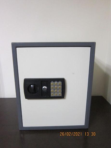 Продам сейф с электронным замком .