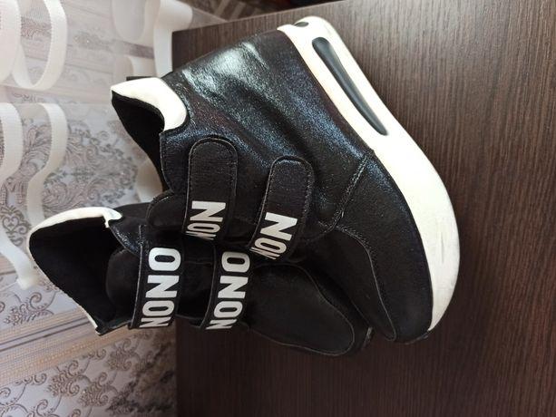 Продам снікерси , кросівки