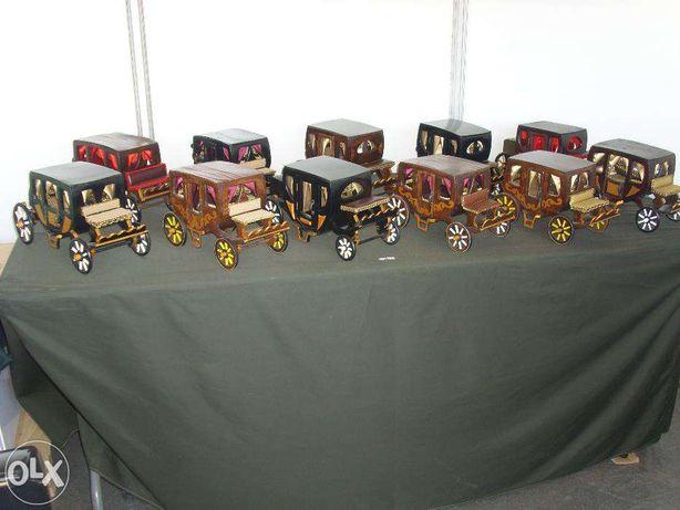 Carroças (coches) em madeira c/interior forrado a cetim