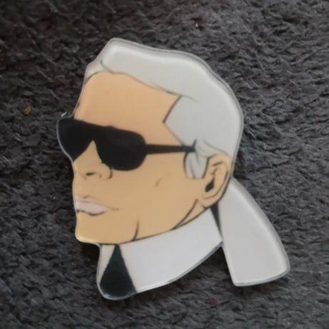 Karl lagerfeld przypinka pin badge broszka portret moda kreator kl