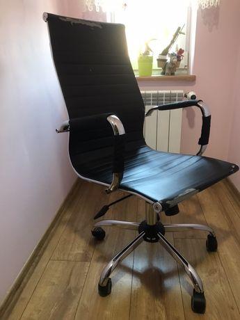 Czarny fotel do biurka