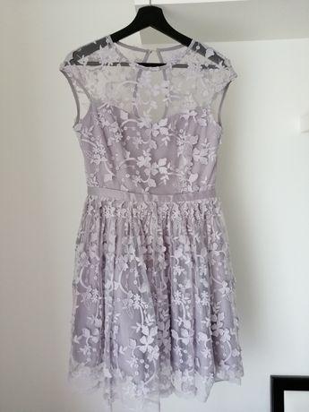 Piękna koronkowa szara sukienka z efektem 3D motive&more