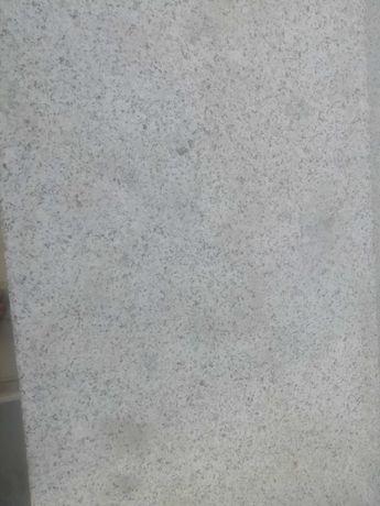 Pedra bujardada numa das faces