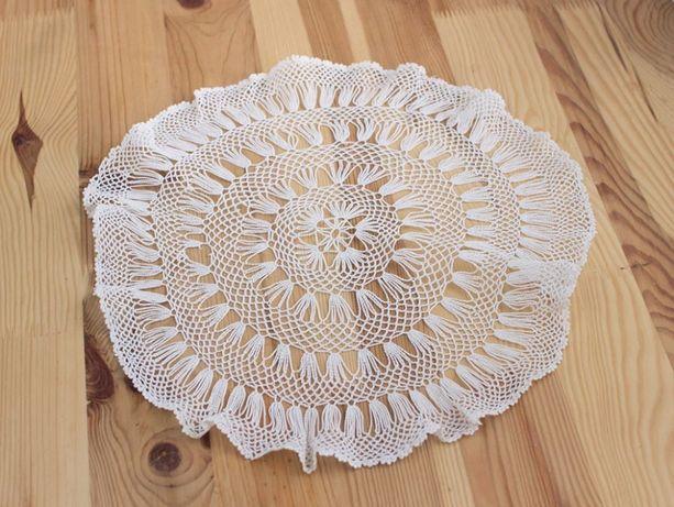 Okrągła biała serwetka o średnicy- 35 cm