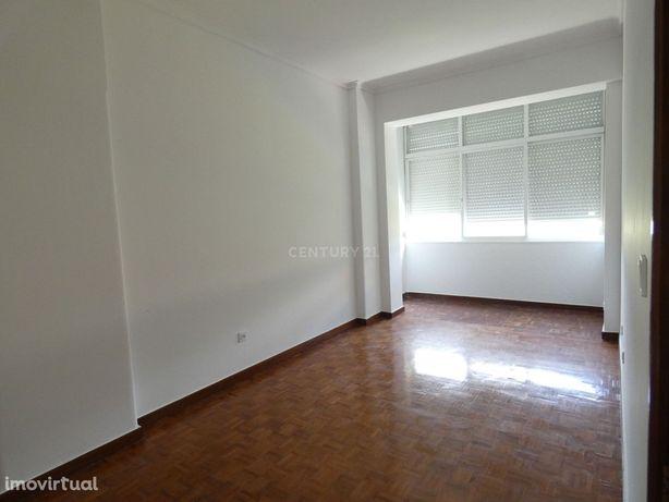 Amplo T1 com 65 m2 (Metro Olaias ) - Para Investimento